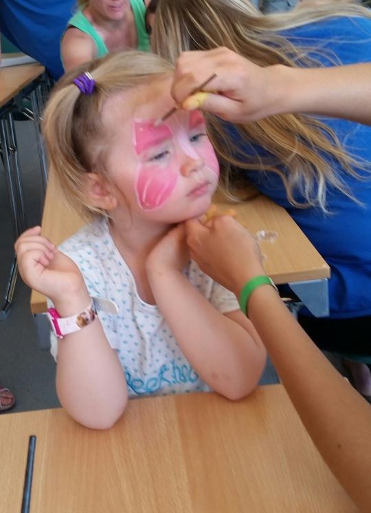 Lyngdal Bibelcamp har eit svært godt tilbod til borna, gjennom konseptet Kids Camp. Her prøver reisefylgjet ut ansiktsmåling, utført av ein av dei mange ungdomane som deltok.